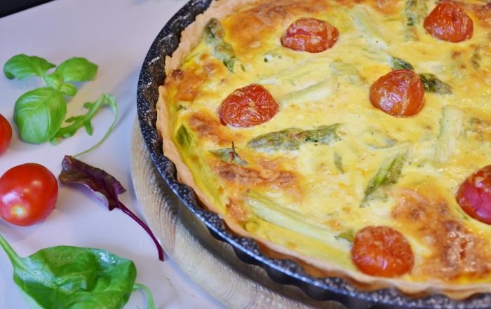 quiche con pomodorini, asparagi e formaggio perlavì